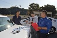 山田裕隆講習係長(右端)の指導を聞く安田清さん(左端)と「みなくるはうす光」の徳本武司施設長=山口県岩国市の岩国自動車学校で