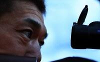 エゾジカの首を狙う岩間勝さんの目。首を一発で撃ち抜く「ネックショット」には高い技術が必要だ=北海道当別町で2017年10月31日、梅村直承撮影
