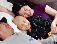 テントで休む山本惇平ちゃんと父の敦則さん、母の洋子さん。小児がんの治療を続けるが、一時退院のタイミングで参加した=大阪市鶴見区で2017年11月4日、猪飼健史撮影