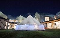 施設内の庭に張ったテント。夜になると温かい光が漏れた=大阪市鶴見区で2017年11月4日、猪飼健史撮影