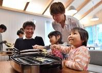 おやつのカステラ作りを楽しむ参加者たち=大阪市鶴見区で2017年11月4日、猪飼健史撮影