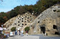 吉見百穴。人気の観光地だ=埼玉県吉見町で