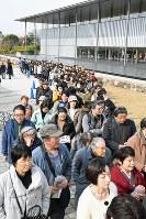 最終日も訪れた多くの人で長蛇の列ができた国宝展=京都市東山区の京都国立博物館で2017年11月26日午前10時58分、平川義之撮影