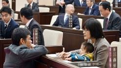 熊本市議会開会前、議場で議会事務局職員(左)と話す緒方夕佳市議=熊本市中央区で2017年11月22日午前9時59分、城島勇人撮影
