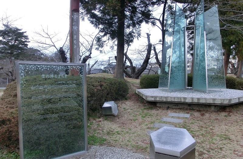鶴岡公園内の「雪の降るまちを」記念モニュメント=筆者撮影