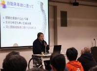 講演する徳政宏一さん=横浜市港北区で