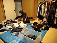 すべての服を仕分けていく元井さんの母親。判断に口出しは厳禁