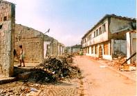 紛争で破壊されたコソボ西部ジャコバの中心部=1999年撮影、地元の写真家シュケルゼン・レジャ氏提供