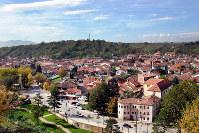 再建されたコソボ西部ジャコバの中心部=撮影日不明、シュケルゼン・レジャ氏提供