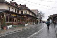 再建され、ホテルやレストランが建ち並ぶコソボ西部ジャコバ中心部=2017年11月17日、松井聡撮影