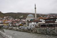 イスラム教やキリスト教の文化が混じり合った古い街並みが残るコソボ南部プリズレン=2017年11月18日、松井聡撮影