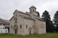 世界遺産に登録されているセルビア正教のデチャニ修道院。14世紀に建てられた=コソボ西部ペヤ近郊で2017年11月17日、松井聡撮影