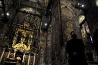 世界遺産のデチャニ修道院の内部はフレスコ画で覆われている=コソボ西部ペヤ近郊で2017年11月17日、松井聡撮影