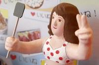 スマートフォンで写真を撮る若者をテーマにした「インスタ映え雛」=東京都台東区で2017年11月28日午後0時22分、渡部直樹撮影