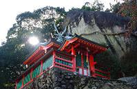 熊野の神が降り立ったゴトビキ岩と拝殿=和歌山県新宮市神倉1で、宮下誠さん撮影