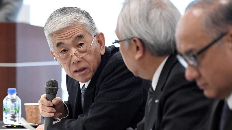 記者会見で質問に答える東レの日覚昭広社長(左)=2017年11月28日、竹内紀臣撮影