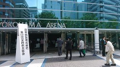 日本郵政の株主総会が行われた横浜アリーナに入る株主ら=横浜市港北区で2017年6月22日撮影