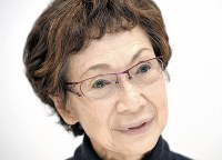 自らの演劇人生について語る本山可久子=東京都新宿区で2017年11月15日午後4時51分、藤井太郎撮影
