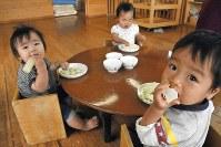 0歳児が次々と水煮野菜を頬張る