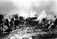 那覇市に迫る米攻略部隊=1945年5月9日撮影