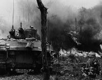 火炎放射器で攻撃する米軍戦車=1945年6月15日撮影