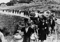 米軍はある地域を占領すると、住民をある一定の地域に集結させた=1945年6月20日撮影