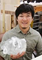横山翔平さん=富山市古沢の横山さんの工房で、青山郁子撮影