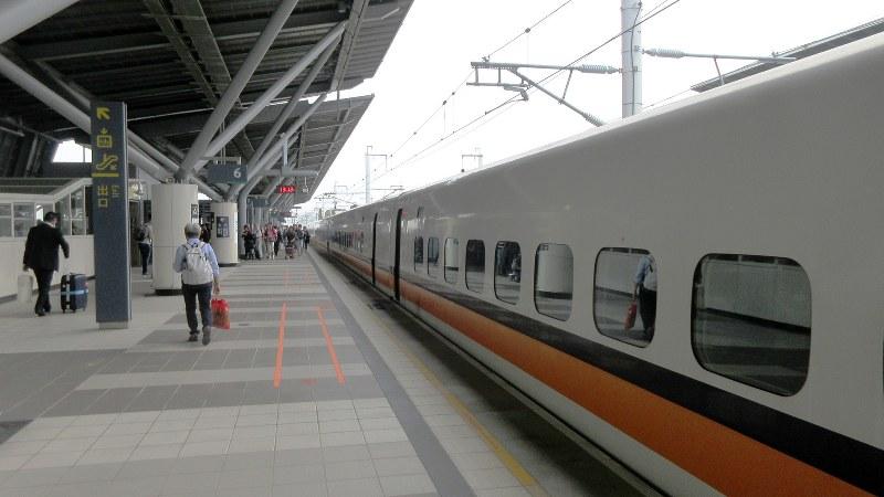 高鉄・台南駅のホーム。九州新幹線とどことなく似た空気感がある(写真は筆者撮影)