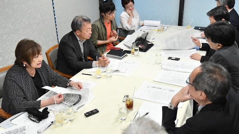 「開かれた新聞委員会」で議論する吉永みち子委員(左手前)ら=2017年10月11日、宮間俊樹撮影