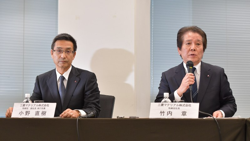 記者会見する三菱マテリアルの竹内章社長(右)。左は小野直樹副社長=2017年11月24日、西本勝撮影