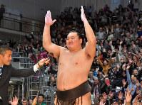 九州場所千秋楽の優勝インタビューで万歳三唱する白鵬=徳野仁子撮影