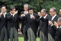 非自民8党派による連立政権となった細川護煕内閣。1955年から続いた自民党一党支配が終わった=首相官邸中庭で1993年8月9日