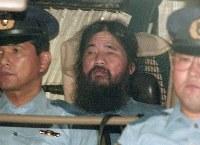 元オウム真理教代表・松本智津夫(麻原彰晃)被告は地下鉄サリン事件など13事件で有罪になり死刑が確定した。写真は坂本堤弁護士一家殺害事件で再逮捕された後、勾留尋問が行われた東京地裁から警視庁に移送される同被告=1995年9月25日