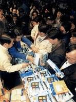 「ウィンドウズ95」日本語版が発売され、多くの客でにぎわう東京・秋葉原の電器店=1995年11月23日、関口順撮影
