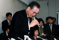 自主廃業を発表する記者会見で涙を流した山一証券の野沢正平社長。バブル崩壊による不況を背景に金融機関の破綻が相次いだ=東京証券取引所で1997年11月24日、河内安徳撮影