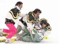 長野冬季五輪のスキー・ジャンプ団体戦(ラージヒル)で優勝が決まった瞬間、船木和喜(下)に駆け寄り抱きつく原田雅彦。中央は斉藤浩哉、左端が岡部孝信=長野県白馬村で1998年2月17日、中村琢磨撮影