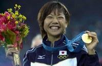 シドニー五輪陸上女子マラソンで金メダルを獲得し、笑顔を見せる高橋尚子選手。「Qちゃん」の愛称で親しまれている=2000年9月24日、大西達也撮影