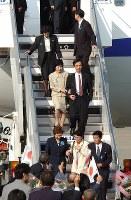 2002年10月15日、北朝鮮から帰国し、羽田空港に着いた拉致被害者の地村保志さん、富貴恵さん夫妻(前列右2人)、蓮池薫さん、祐木子さん夫妻(2列目)、曽我ひとみさん(後方左)。横田めぐみさんら政府認定の被害者12人の帰国がいまだに果たされていない