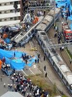 JR福知山線脱線事故の現場。速度を大幅に超過してカーブに進入したことなどが原因とされ、JR西日本の安全対策の不備が批判された=兵庫県尼崎市で2005年4月25日、本社ヘリから大崎幸二撮影