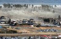 東日本大震災の死者・行方不明者は2万2000人を超える。そのほとんどは巨大な津波の犠牲者だった=宮城県名取市で2011年3月11日、本社ヘリから手塚耕一郎撮影