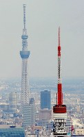 完成した東京スカイツリー(左)。右は東京タワー=東京都品川区で2012年2月28日、本社ヘリから西本勝撮影