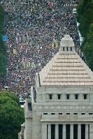 安全保障関連法案を審議する国会周辺に多数の人が集まり、「法案反対」の声を上げた=2015年8月30日、本社ヘリから森田剛史撮影