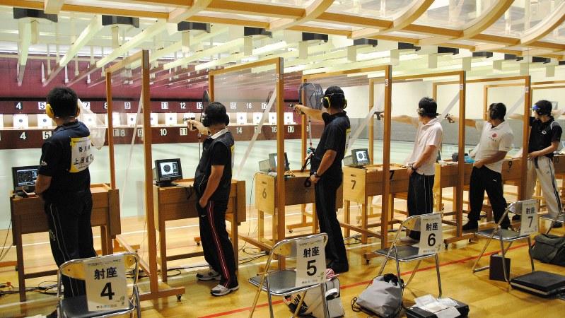 25メートル先の的を狙うピストル射撃競技