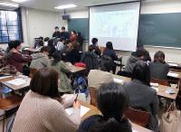 金沢大学の地域社会学演習の授業でプレゼンする学生ら=眞鍋知子さん提供