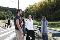 奈良県天理市のロケ地でアイダ監督(右端)と河瀬直美さん(右から2人目)=河瀬さん提供