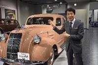 トヨタ自動車が最初に造った乗用車「トヨダAA型」のレプリカの前で説明する布垣直昭・トヨタ博物館長=愛知県長久手市で