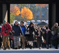 1年半ぶりの一般公開で、坂下門から乾通りに向かう大勢の人たち=皇居で2017年12月2日午前9時32分、手塚耕一郎撮影