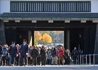 1年半ぶりの一般公開で、坂下門から乾通りに向かう大勢の人たち=皇居で2017年12月2日午前9時31分、手塚耕一郎撮影