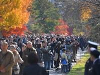 1年半ぶりの一般公開で、紅葉が見ごろとなった乾通りを歩く大勢の人たち=皇居で2017年12月2日午前10時26分、手塚耕一郎撮影