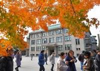1年半ぶりの乾通り一般公開で、前日に皇室会議が開かれた宮内庁の庁舎前を歩く人たち=皇居で2017年12月2日午前10時46分、手塚耕一郎撮影